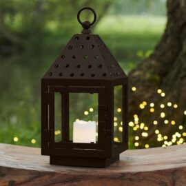 Lanterne August Marron H32 cm, de profondeur et largeur 12 cm. La lanterne August comprend un bougie laissant apparaître une lumière chaude et conviviale.
